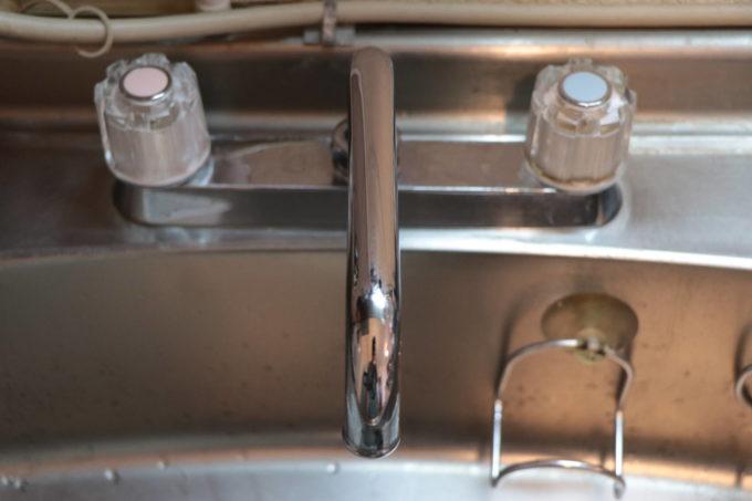 キッチンの2ハンドルの混合栓